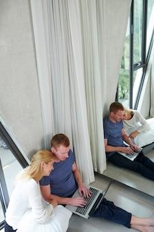 Couple regardant des vidéos drôles