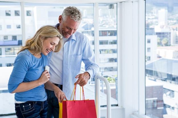 Couple, regarder, achats, sacs, maison