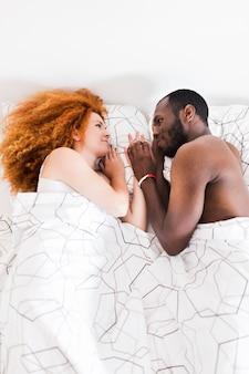 Couple, regarder, autre, dans lit