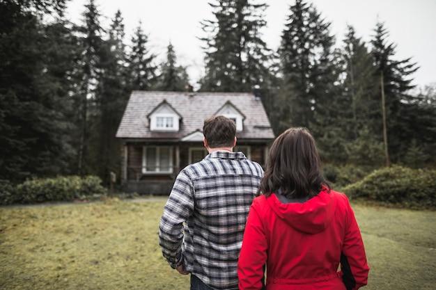 Couple, regarder, cabane