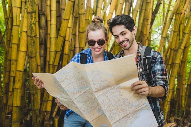 Couple, regarder, carte, bambou, forêt