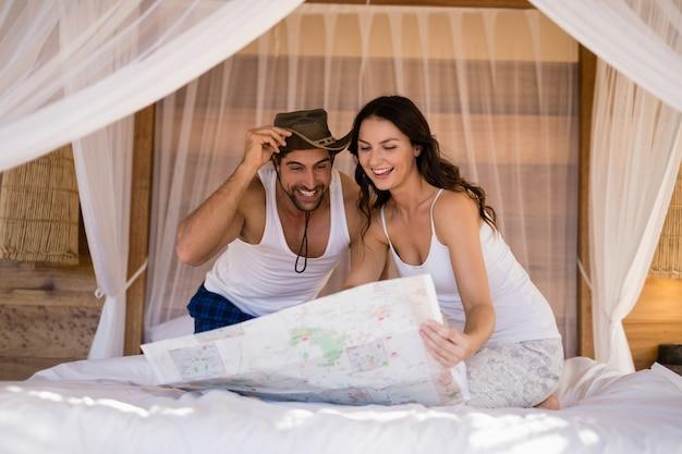 Couple, regarder, carte, dans, chalet