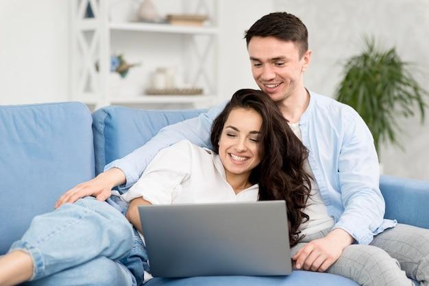 Couple, regarder, ordinateur portable, maison, sofa