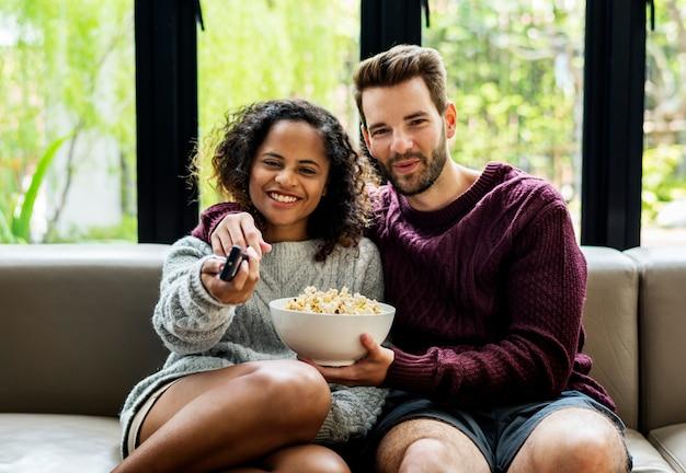 Couple, regarder télévision, avoir, popcoprn