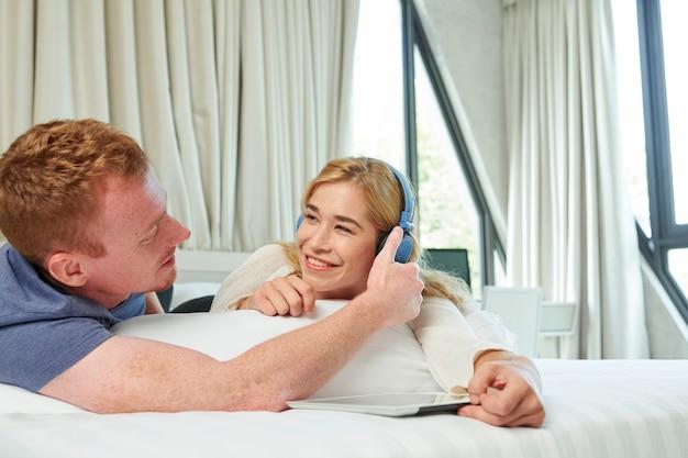 Couple, regarder des vidéos sur tablette