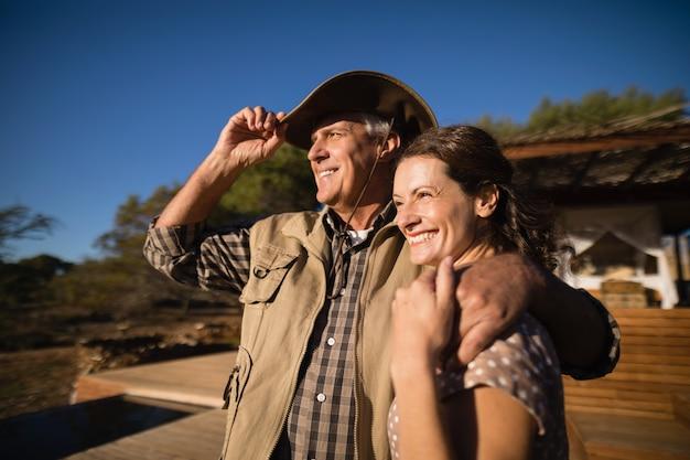 Couple, regarder, vue, pendant, safari, vacances