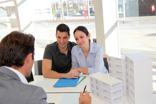 Couple sur rendez-vous avec agent immobilier