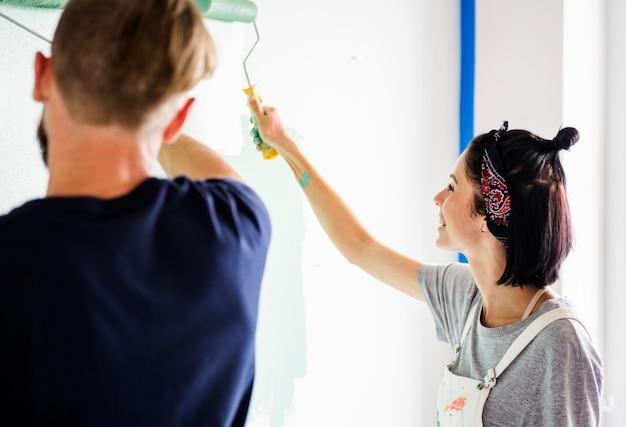 Couple rénovant la maison