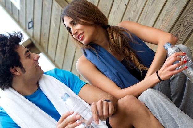 Couple reposant après gymnase