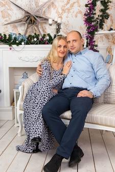 Couple reposant sur un canapé