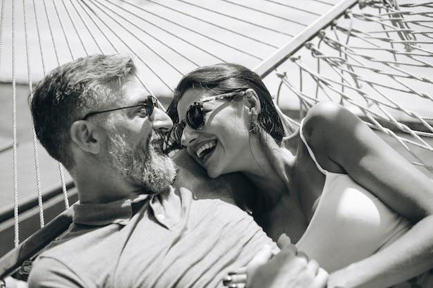 Couple reposant ensemble dans un hamac