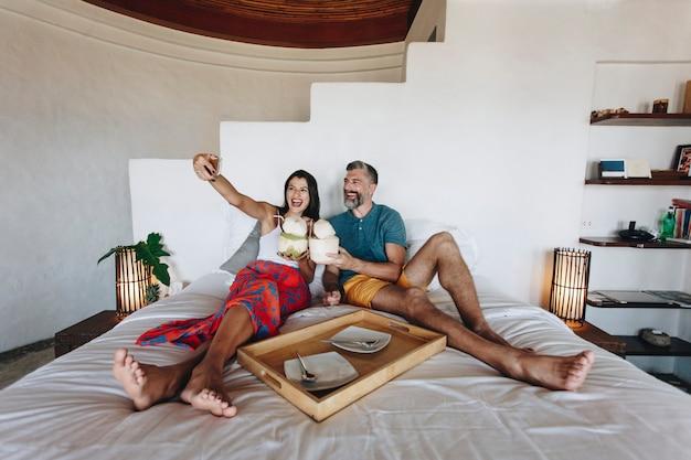 Couple reposant sur le lit