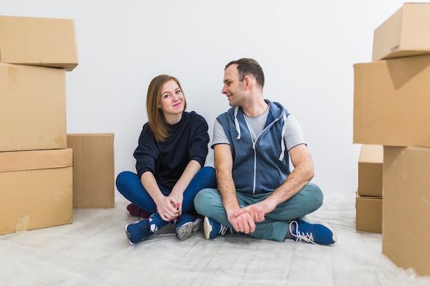 Couple reposant sur le sol lors de la relocalisation