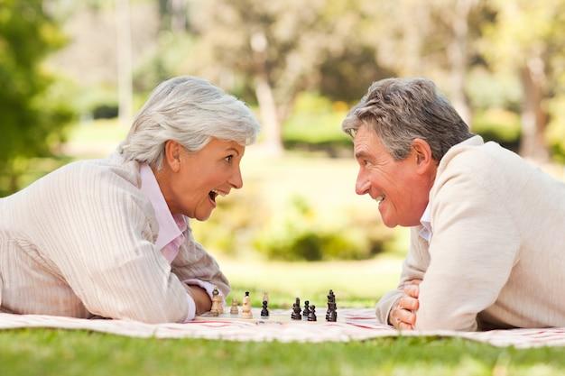 Couple retraité jouant aux échecs