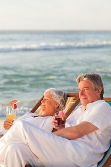 Couple de retraités buvant un cocktail
