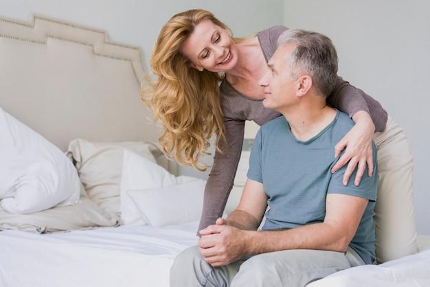 Couple de retraités ensemble à l'intérieur