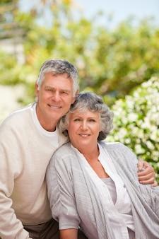 Couple de retraités en regardant la caméra