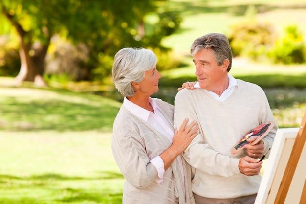 Couple de retraités en train de peindre dans le parc