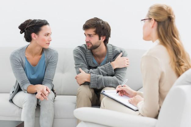 Couple en réunion avec un conseiller en relations