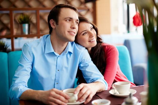 Couple rêvant de leur nouvelle maison