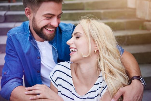 Couple en riant fort sur les marches