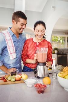 Couple riant avec jus de fruits