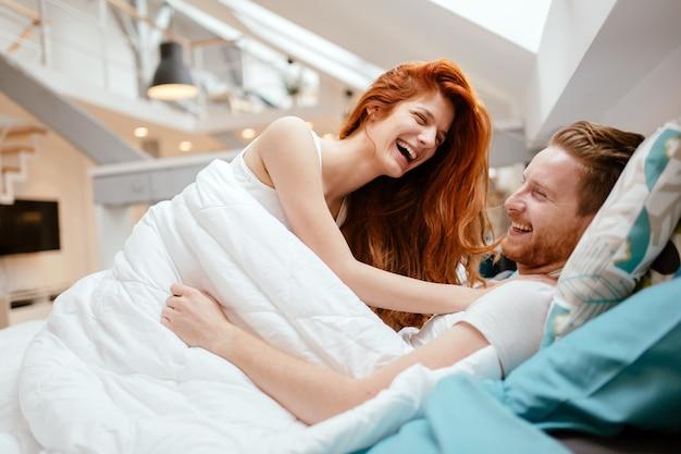 Couple romantique amoureux allongé sur le lit et passionné