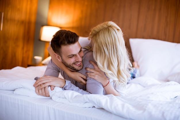 Couple romantique amoureux au lit ensemble