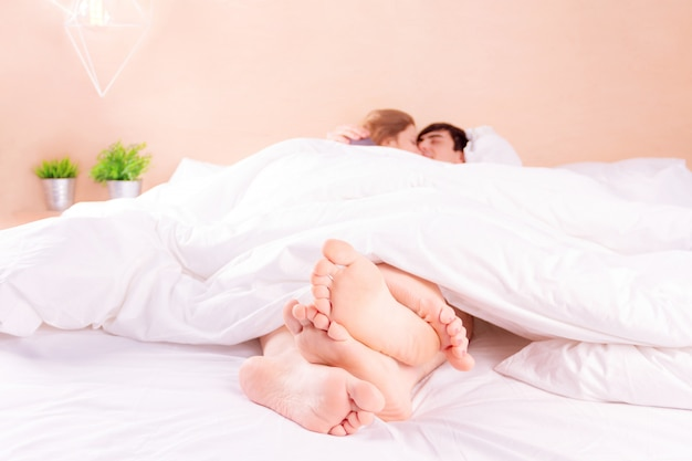 Couple romantique amoureux au lit