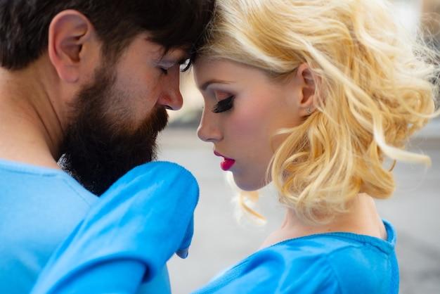 Couple romantique amoureux petit ami et petite amie gros plan jeune couple amoureux plein air tendresse et...