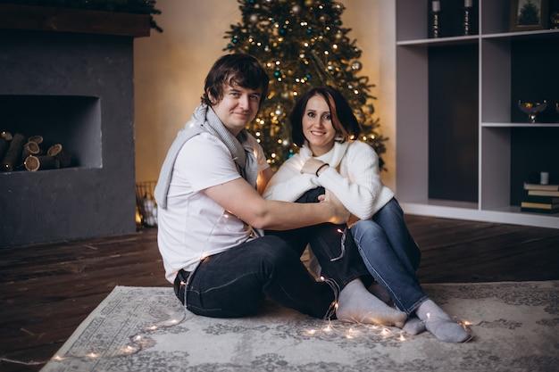 Couple romantique amoureux ressentant le bonheur de leur romance passer la veille de noël ensemble