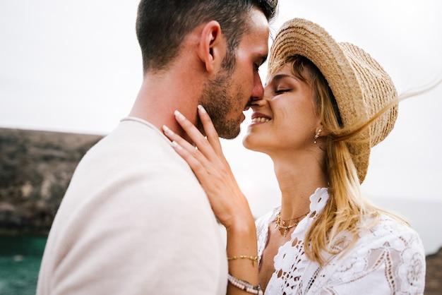 Un couple romantique amoureux s'embrasse en plein air.