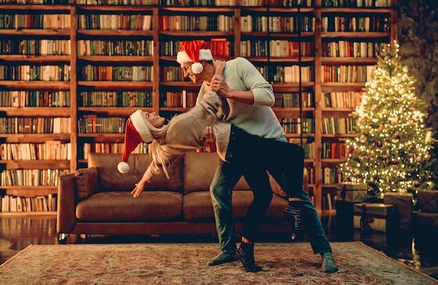 Couple romantique amoureux se sentant heureux de passer noël ou le nouvel an ensemble