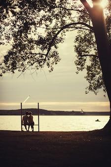 Couple romantique assis sur un banc