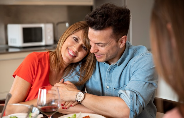 Couple romantique au dîner de famille