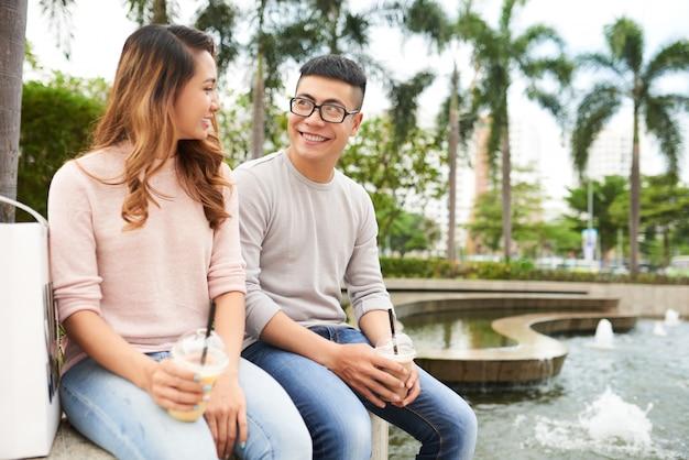 Couple romantique au repos en public gargen par une chaude journée d'été