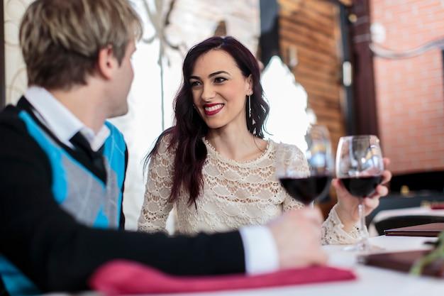 Couple romantique au restaurant