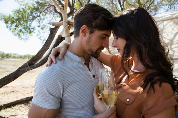 Couple romantique ayant du champagne