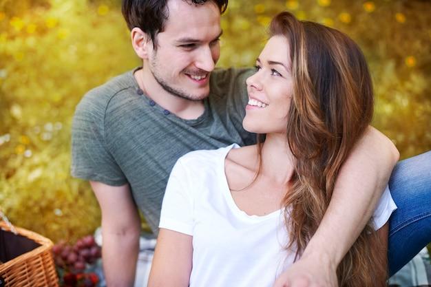 Couple romantique bénéficiant d'un pique-nique dans le parc