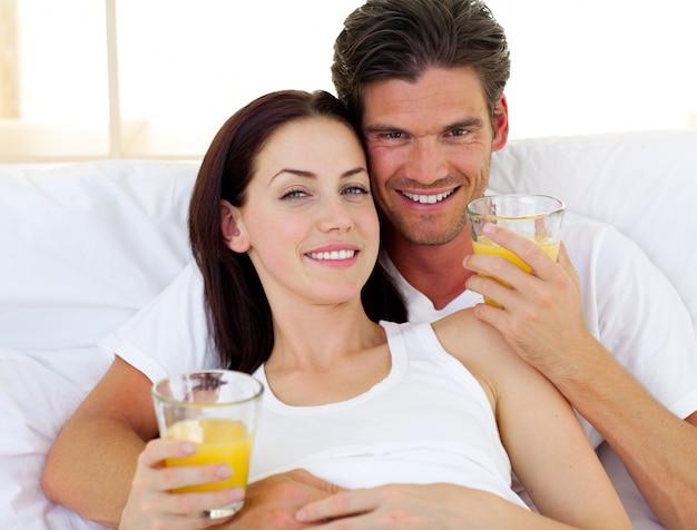 Couple romantique, boire du jus d'orange