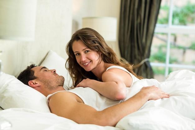 Couple romantique câlin sur le lit dans la chambre