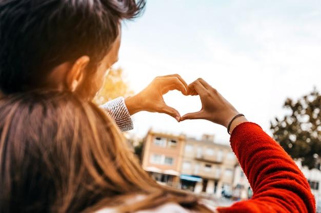 Couple romantique célébrant la saint valentin en plein air