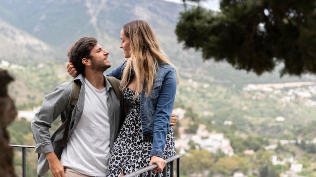Couple romantique coup moyen à l'extérieur