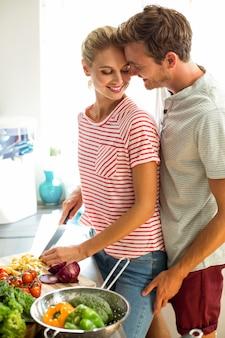 Couple romantique en cuisine