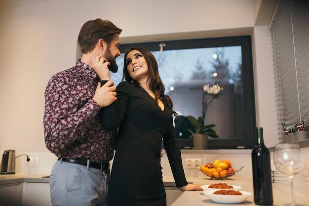Couple romantique dans la cuisine