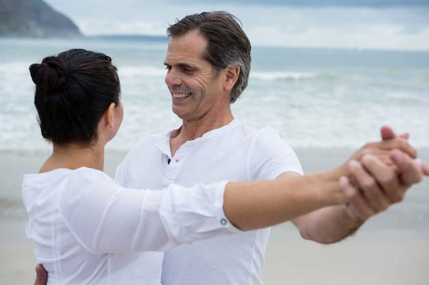 Couple romantique dansant sur la plage