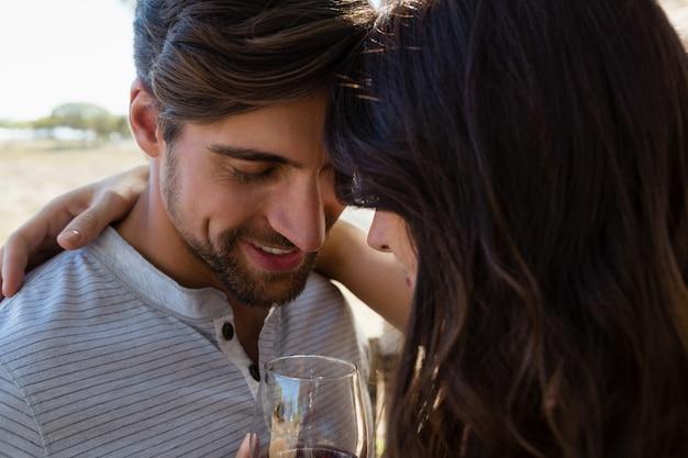 Couple romantique avec du vin