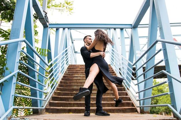 Couple romantique effectuant sur l'escalier