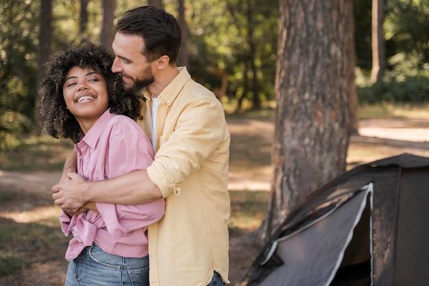 Couple romantique embrassé à l'extérieur