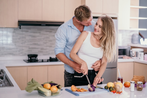 Couple romantique, étreindre, et, sourire, quoique, debout, dans cuisine